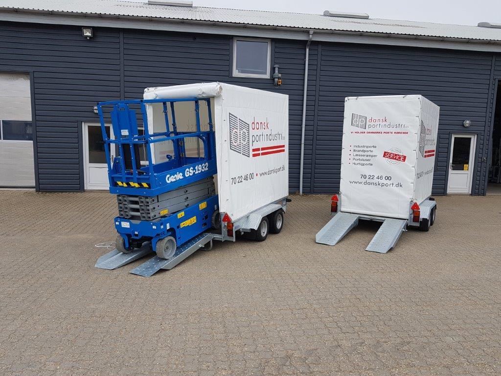 Den ny, lukkede lifttrailer fra Jøma Lift Teknik passer fint til en sakselift som denne fra Genie. Dansk Portindustri har foreløbig investeret i to styk. Foto: PR.